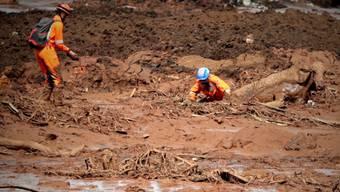 Rettungskräfte suchen nach einem Dammbruch in Brasilien in den Schlammmassen nach Überlebenden.