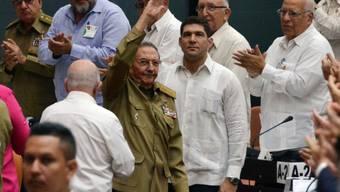 Geplante Verfassungsreform: Ex-Staatschef Raúl Castro (mit erhobener Hand) soll den 33-köpfigen Ausschuss.