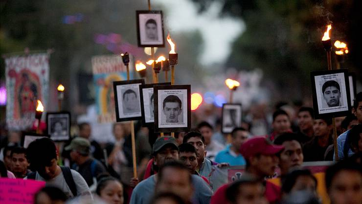 Angehörige der 43 vermissten Studenten demonstrieren in Mexiko-Stadt.