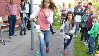 Beobachtet von Behördemitgliedern und Schulkollegen absolvieren dieSchülerinnen und Schüler das «Littering-Zängelispiel».