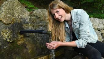 Heilt es tatsächlich? Alice Zaugg untersucht das Wasser des Junkerbrunnens.