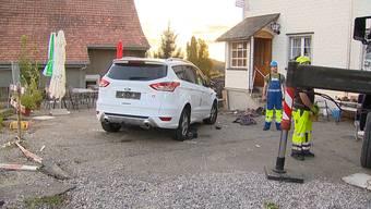 Bei einem Unfall im Zürcher Oberland wurde eine 72-Jährige schwer verletzt. Ein Lenker fuhr auf den Sitzplatz eines Restaurants.