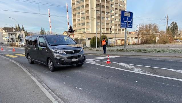 In Reinach wurde eine Frau erfasst und weggeschleudert. Sie ist schwer verletzt.