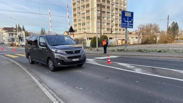 Eine 60-jährige Frau überquerte die Strasse und wurde angefahren. Sie verletzte sich schwer.
