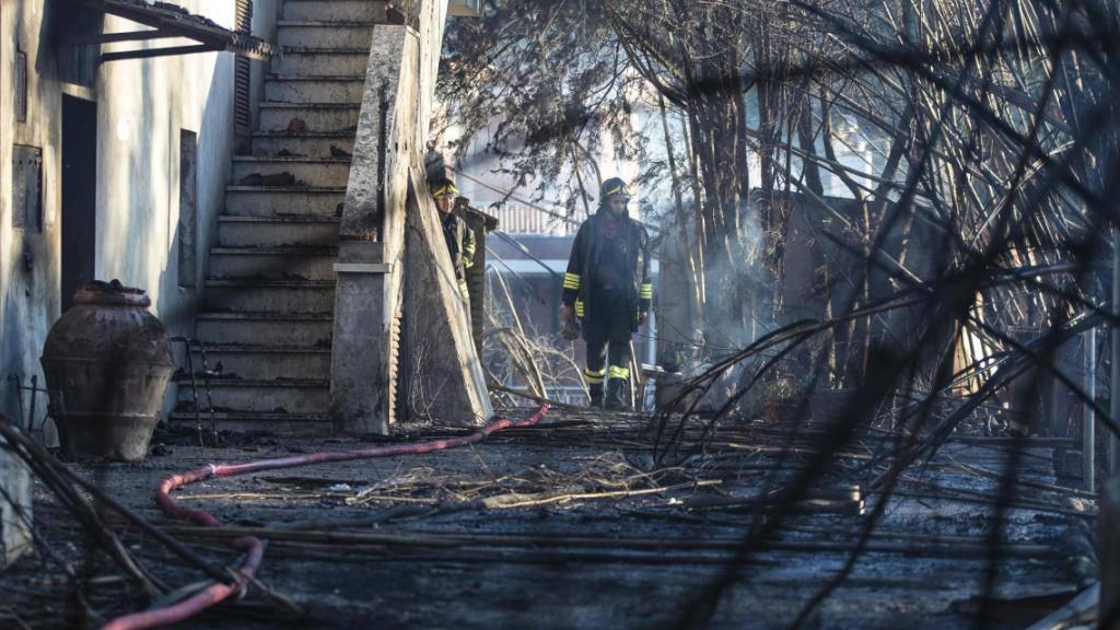 In der Brandruine eines Hauses in Tivoli unweit von Rom finden Löschkräfte zwei tote Frauen.