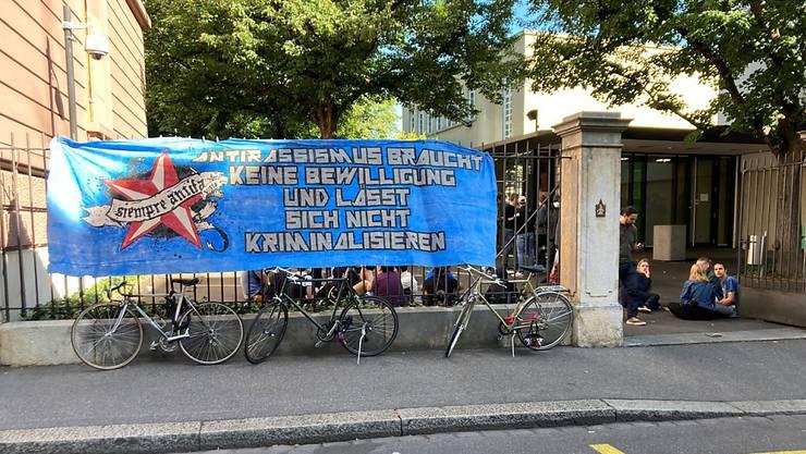Ein Demonstrant, der an der Gegendemonstration zu einer Kundgebung der rechtsextremen Partei Pnos teilnahm, wurde zu einer bedingten Freiheitsstrafe verurteilt.