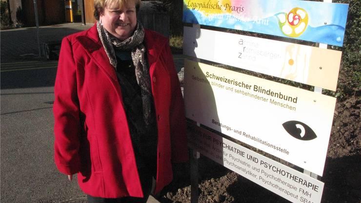 Erika Wälti, Präsidentin der Regionalgruppe Nordwestschweiz des Blindenbundes vor der Beratungsstelle in Aarau