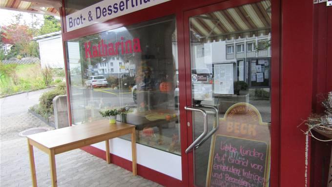 Keine Stühle mehr vor der Bäckerei Katharina und ein Schild weisen darauf hin, dass das Lokal geschlossen bleibt.