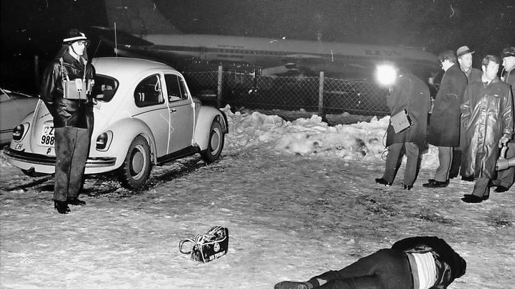 Die Leiche des Terroristen Abdel Hassan liegt am 18. Februar 1969 vor dem von den Attentätern benutzten Volkswagen.