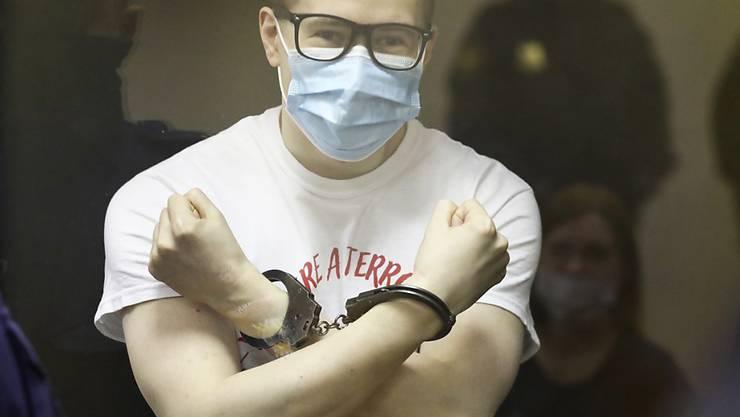 Viktor Filinkov (r), Aktivist der linken Gruppe «Set» («Netzwerk»), gestikuliert bei der Urteilsverkündung hinter einer Glasscheibe. Ein russisches Militärgericht hat zwei linke Aktivisten wegen Mitgliedschaft in einem Terrornetzwerk zu fünfeinhalb und sieben Jahren Straflager verurteilt. Foto: David Frenkel/AP/dpa
