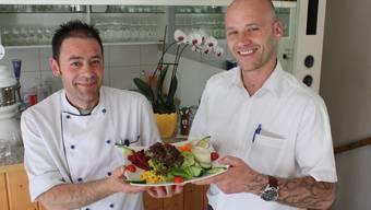 Ein gemischter Salat, extra fürs Foto zubereitet: Gastgeber Karl Feldmann (rechts) und Koch Antonio Rodriguez. str