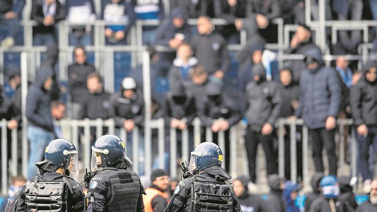 Luzerner Polizisten sichern das Stadion vor den GC-Fans im Fussball-Meisterschaftsspiel der Super League zwischen dem FCL und GC am vergangenen Sonntag.