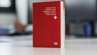Für den roten Pass sollen Ausländerinnen und Ausländer der dritten Generation das ordentliche Einbürgerungsverfahren durchlaufen müssen (Archiv)