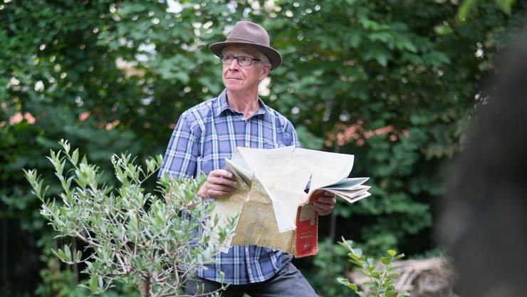 Schriftsteller Lorenz Stäger ist noch immer gerne unterwegs. Für den Fotografen posiert er mit der Afrika-Karte von 1966 in seinem Garten in Wohlen.