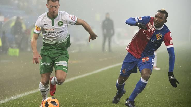 St. Gallens Marco Aratore, links, im Kampf um den Ball gegen Basels Geoffroy Serey Die, rechts