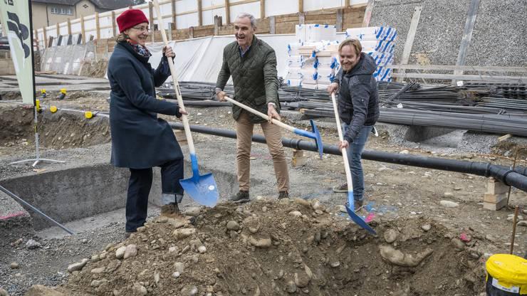 Auch Architektin Sabina Hubacher, Bauvorsteher René Beck und Toni Adam von GMS Partner schaufeln eifrig.