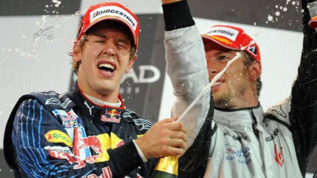 Rosenwasser statt Champagner: Weltmeister Button (r.) duscht GP-Sieger Vettel