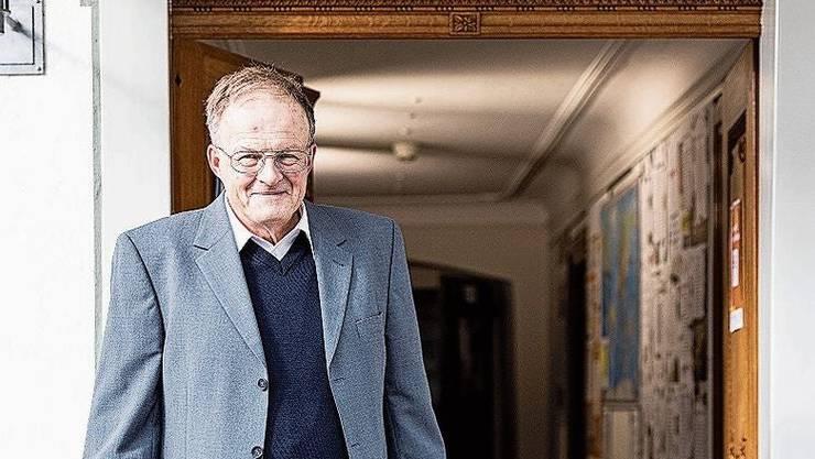Ausstellungsmacher René Fuchs mit Reisekoffer.