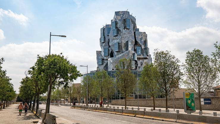 Wie ein eckiger, kantiger Felsen: Franky O. Gehrys Turm in Arles.