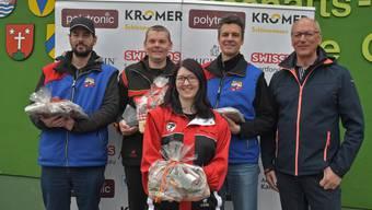 Die Preisgewinner des 13. Röbi-Wüest-Cups: (von links) Patrick Huber (2.), Dieter Grossen (Sieger), Tamara Vock (3.), Gregor Broder (4.) und Wettkampfchef Robert Wüest.