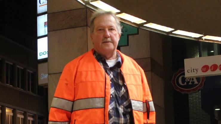 Stadtputzer Andres Brändli am Samstagmorgen beim City-Märt. Kel