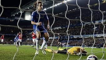ManU-Hüter Lindegaard ist gegen den Chelsea-Penalty von Luiz machtlos.