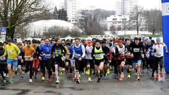 Der Start der Männer am Dietiker Neujahrslauf: Mit kurzen Hosen rennt es sich auch bei Schnee gut.