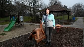 Angela Kummer, Parteipräsidentin der SP Grenchen, auf dem Schmelzi-Spielplatz, der mit lauter neuen Spielgeräten ausgerüstet ist.