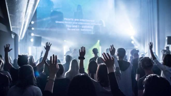 Vorgestern Freitag: Junge Besucher der ICF-Celebration in Zürich geben sich hin und empfangen den Heiligen Geist. Foto: Jiri Reiner