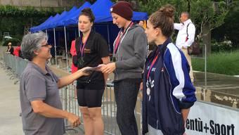 Jill Huber (Mitte) vom SC Aarefisch gewann über 400 m Lagen.