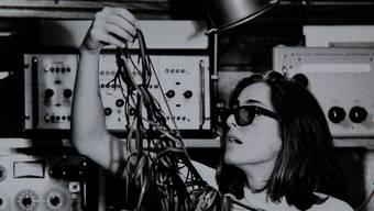 Im Digitalzeitalter erscheint das Schneiden von Tonbändern (Bild: Beatrize Ferreyra 1967) für Radiosendungen als exotische Kunstform.