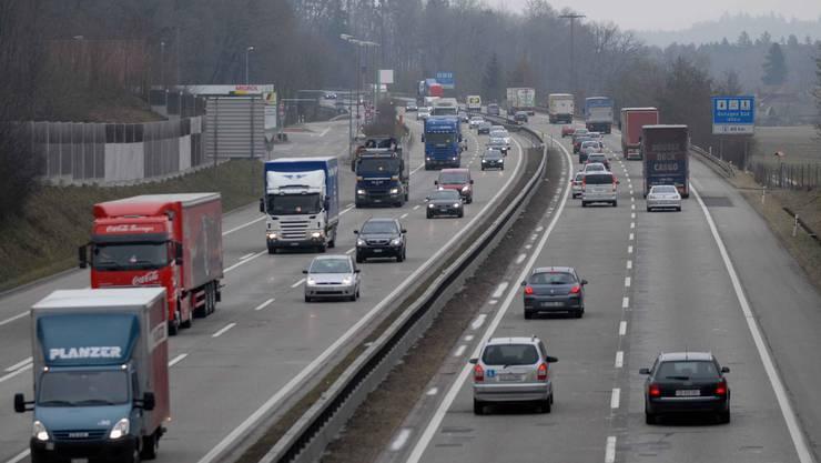 Die Autobahn A1 zwischen Rothrist und Härkingen: Auf diesem Abschnitt wurde der Autofahrer beim Rechtsüberholen von der Polizei gefilmt. (Archivbild)