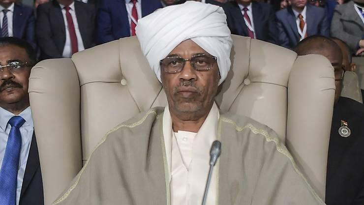 Der Verteidigungsminister Awad Ibn Auf ist nach dem Sturz des sudanesischen Präsidenten Omar al-Baschir als Chef des neuen Militärrats vereidigt worden.