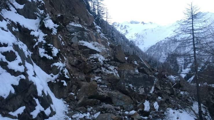 Die Forclaz-Passstrasse bleibt nach einem Felssturz noch bis Anfang März 2018 gesperrt.