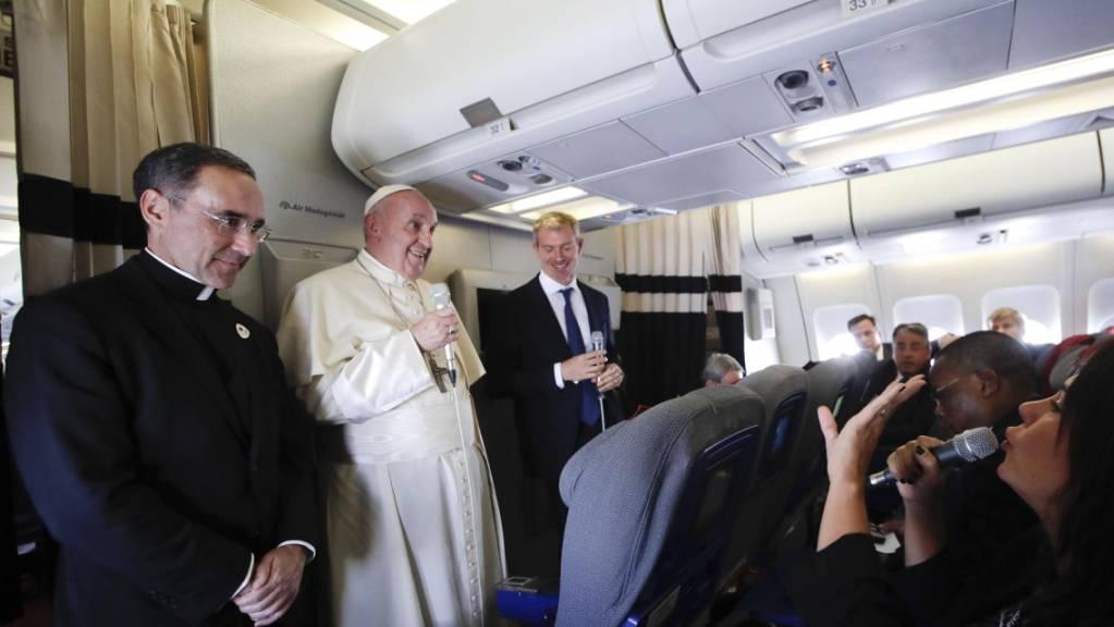 «Manchmal höre ich an einigen Orten Reden, die denen von Hitler 1934 ähneln», sagte Papst Franziskus am Dienstag auf dem Rückflug von Madagaskar nach Rom. Er fühle sich durch Ausländerfeindlichkeit manchmal in die Zeit des Nationalsozialismus zurückversetzt.