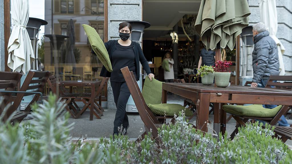 Tische, Stühle und Kissen raus: Das ONO deli cafe bar bereitet sich am Montagmorgen für seine Gäste vor.