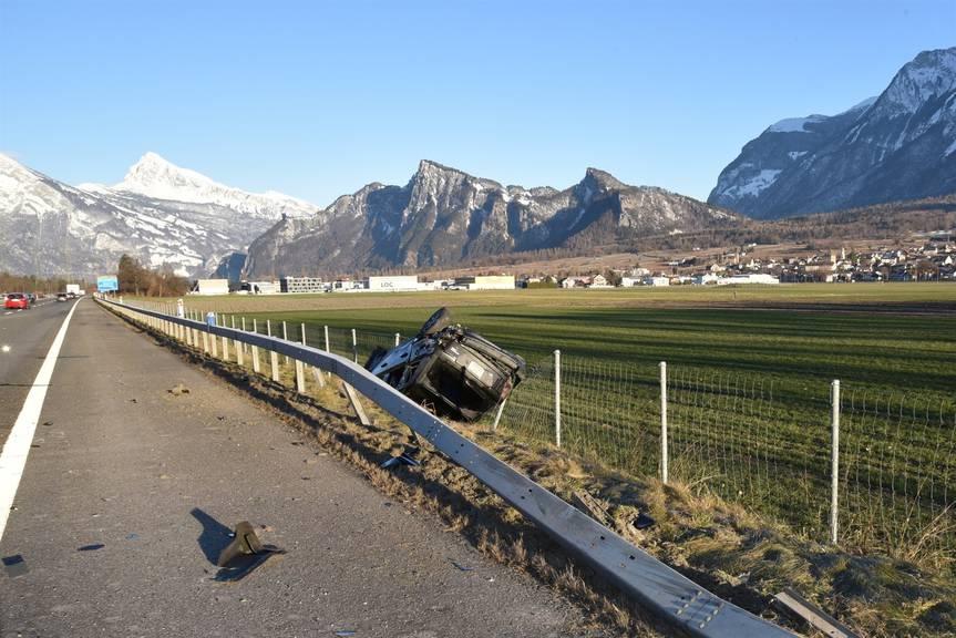 Die Lenkerin und ihr Mitfahrer verliessen das Auto selbständig. (Bild: Kantonspolizei Graubünden)