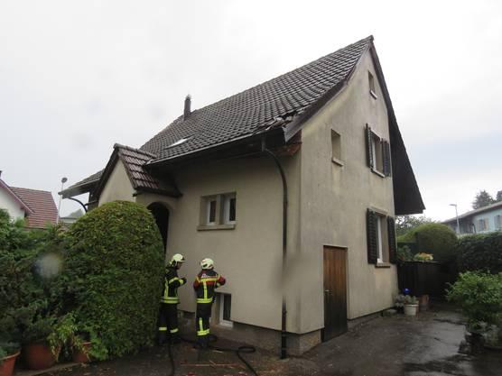 Durch den Einschlag entstand zunächst ein Schwelbrand. Dieser konnte von der Feuerwehr aber schnell gelöscht werden.