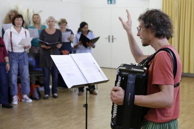 Chorleiter Luca Fiorini gibt mit seinem Akkordeon den Takt an