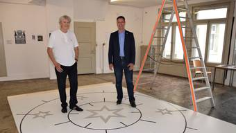 Cuno Jent (links) und Stadtrat Reto Wettstein begutachten in der Alten Post das Modell der neuen Weihnachtsbeleuchtung.