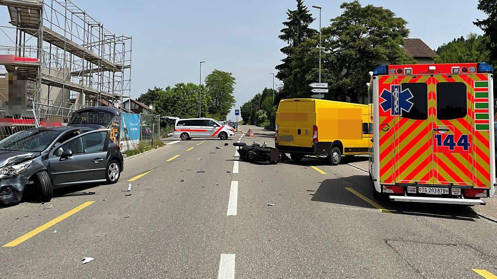 Kollision mit Lieferwagen und Auto: 46-jähriger Töfffahrer verletzt