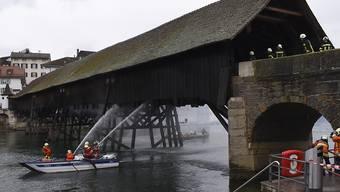 Ein Brand im März beschädigte die historische Holzbrücke in Olten. Der Aareübergang wird nun saniert. Auch eine Sprühflutanlage unter dem Holzboden wird eingebaut. (Archivbild)