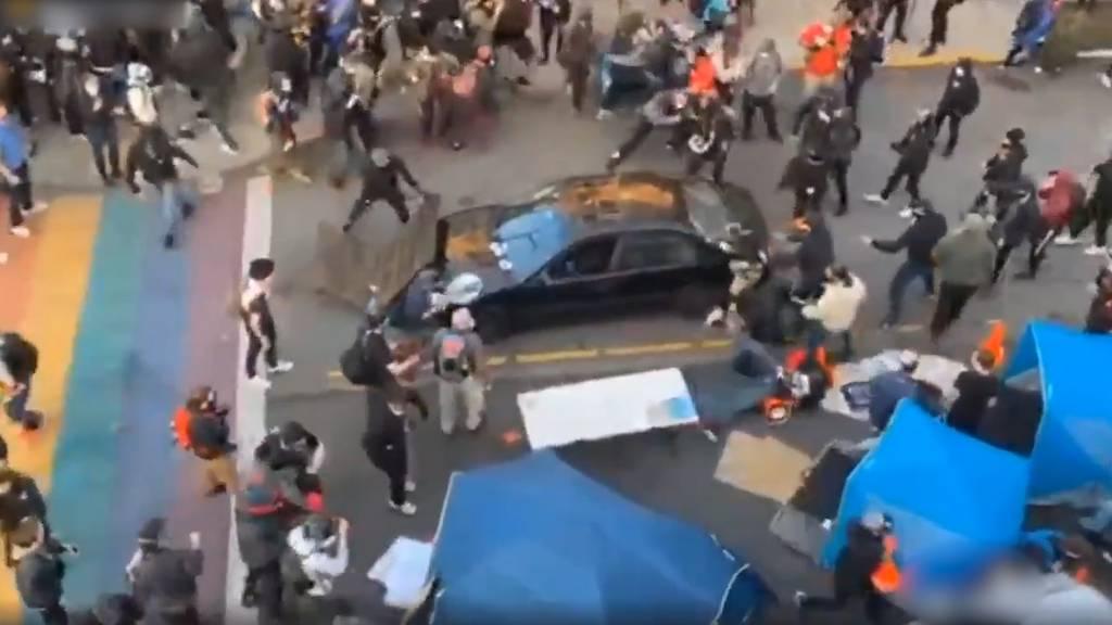 USA: Mann rast mit Auto auf Demonstranten zu