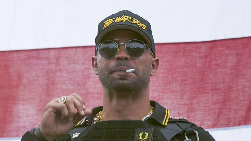 Henry «Enrique» Tarrio, Anführer der «Proud Boys», ist von einem Gericht in Washington zu einer Gefängnisstrafe von 155 Tagen verurteilt worden.