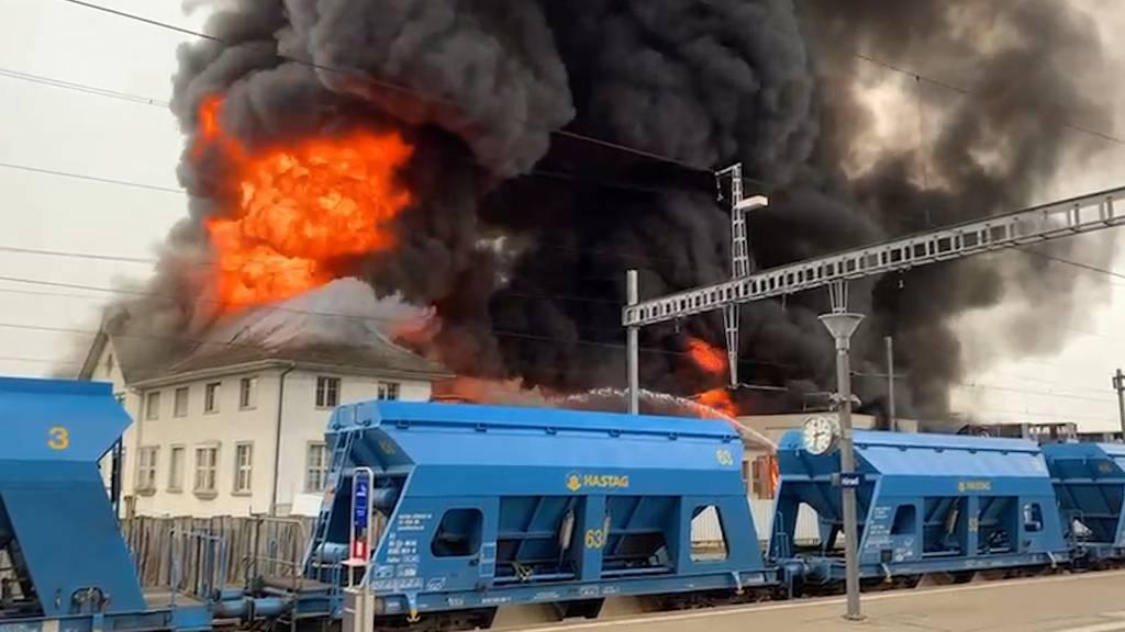 Grossbrand in Hinwiler Traktorenfabrik: Rauchsäule kilometerweit zu sehen