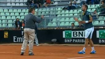 Viktor Troicki diskutiert wild gestikulierend mit dem Stuhlschiedsrichter.