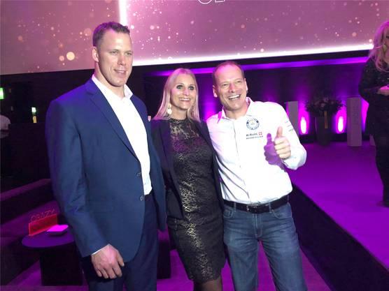 Verewigen den Abend: Schwinger Matthias Sempach, Anita Gerber (Marketingchefin Toyota) und Hannes Roth (v.l.)zvg