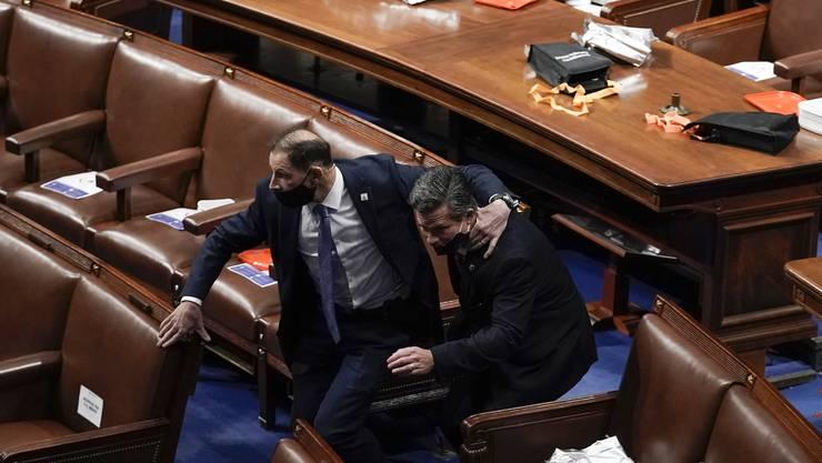 Als die Meute eindrang, wurden die Kongressabgeordneten in Sicherheit gebracht.