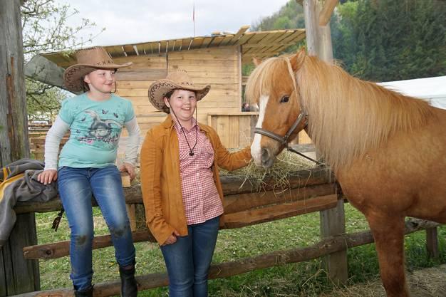 Zwei Cowgirls und ihr Pony.