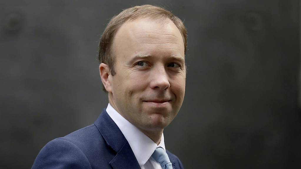ARCHIV - Großbritanniens Gesundheitsminister Matt Hancock verlässt die 10 Downing Street. Nach Medienberichten über eine angebliche Affäre mit einer engen Mitarbeiterin hat er sich für den Bruch der Corona-Regeln entschuldigt. Foto: Matt Dunham/AP/dpa